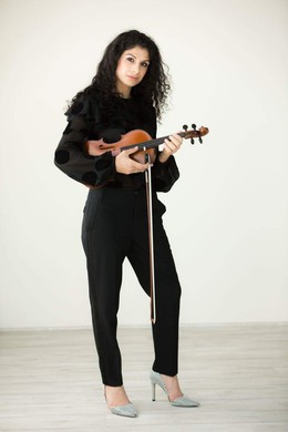 Violinist Raffaela Kalmar, a native of Iowa, holds degrees from the Cleveland Institute of Music. She has been a member of the Atlanta Opera Orchestra and the orchestra of the Atlanta Ballet. She is currently assistant principal second violin for the Pacific Northwest Ballet.