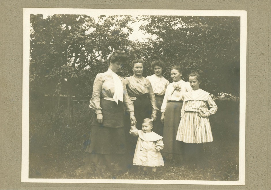A young Carolyn B. Shelton, back row center, poses with the Guiss family of Salem in this undated photo. Shelton boarded with one of the members of the Guiss family during her time in Salem.